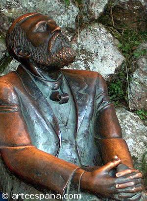 estatua de antonio gaud en comillas